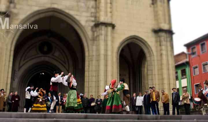 Gaiteros asturianos y baile tradicional