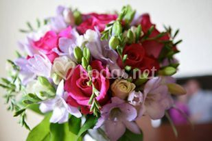 Bouquet de freesias y rosas
