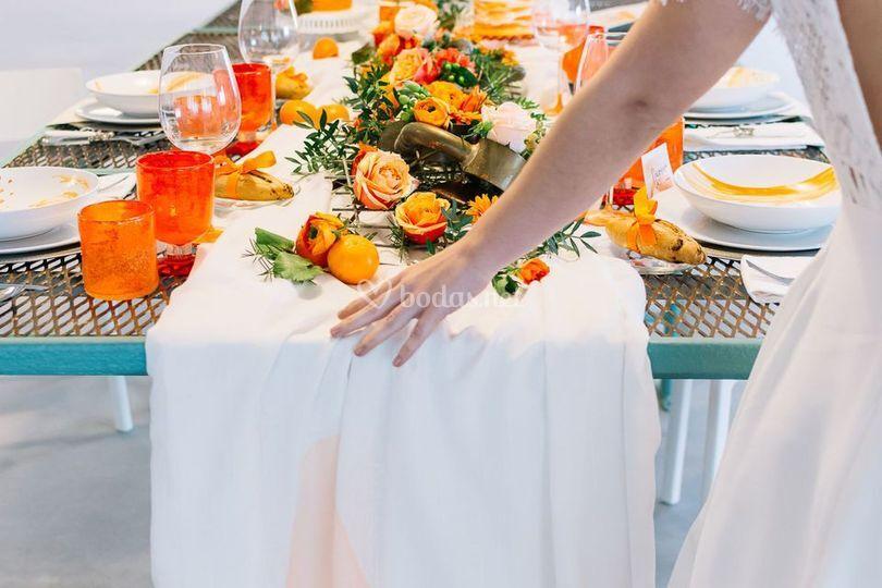 Decoración mesa boda naranja