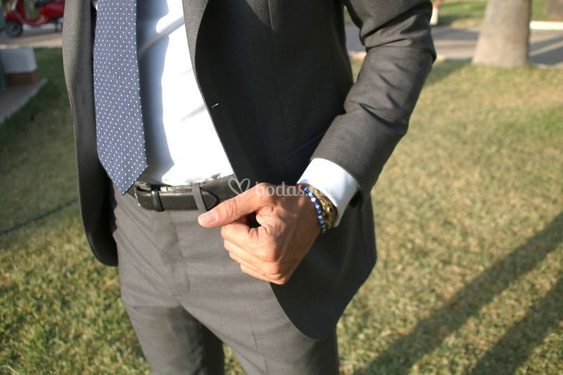 Detalle del cinturón y la corbata