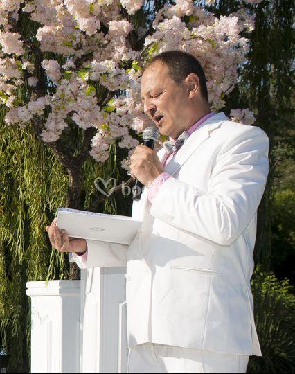 Eric oficiando una boda