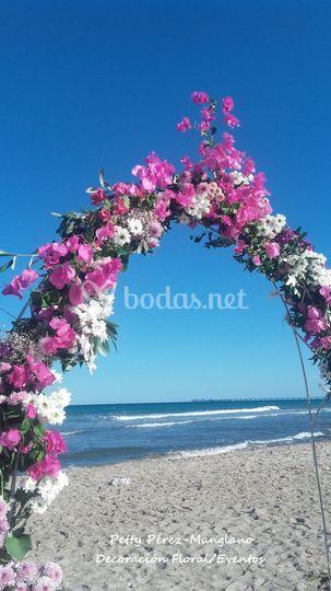 Arco de flor en la playa