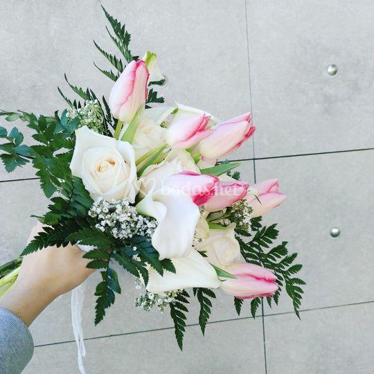 Calas, tulipanes y rosas