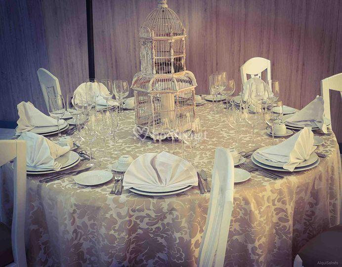 Mantel dorado en mesa redonda