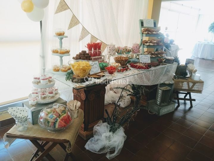 Mesa dulce con fruta y chuches