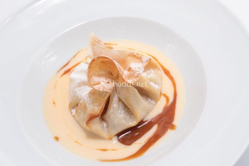 Saquito de manzana con salsa