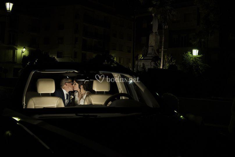 Los novios en el coche
