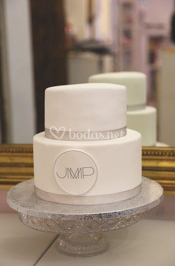 Tarta en blanco y plata