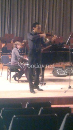 Violinista encima del escenario