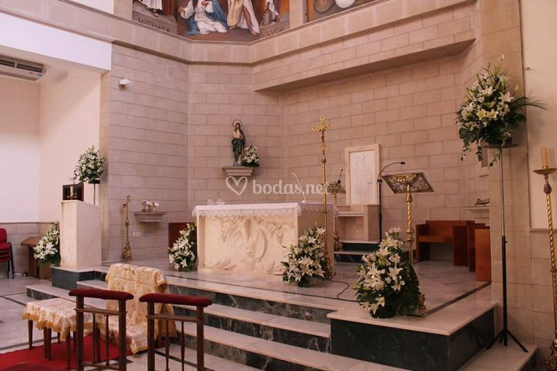 Altar decorado con flores