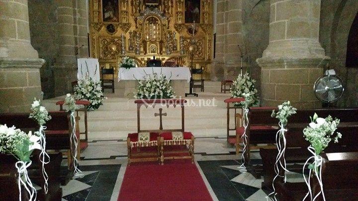 Iglesia decorada con flores