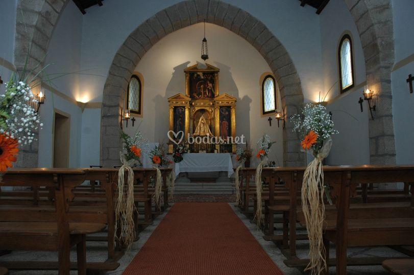 Interior ermita con decoración