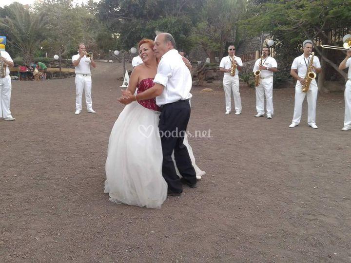 Novia y padre bailando