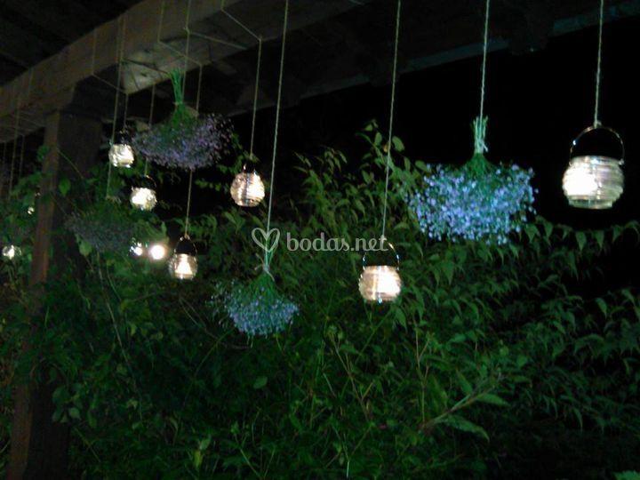 Decoración floral e iluminación