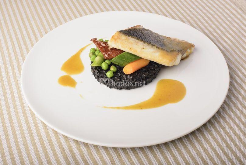Lubina con arroz negro y verduras de temporada en Cocôtte