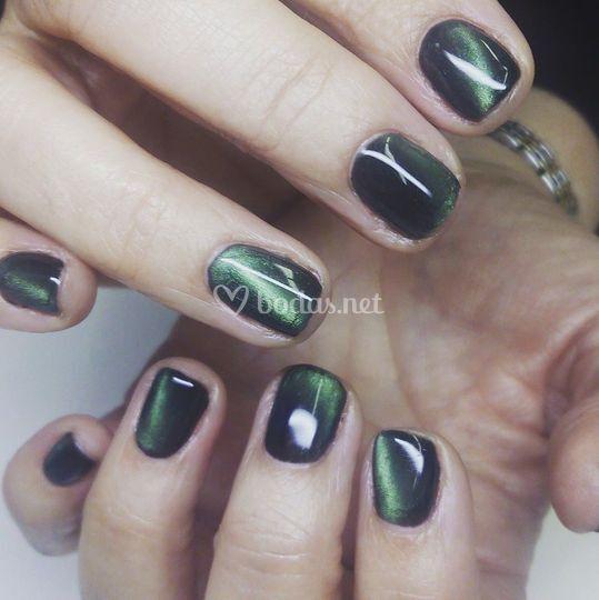 Acabado verde mate para uñas
