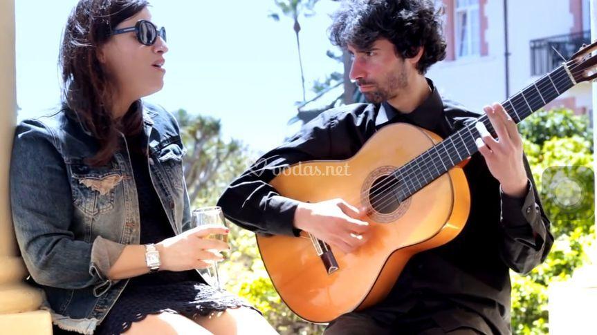 Cantando un tema de Amy Winehouse