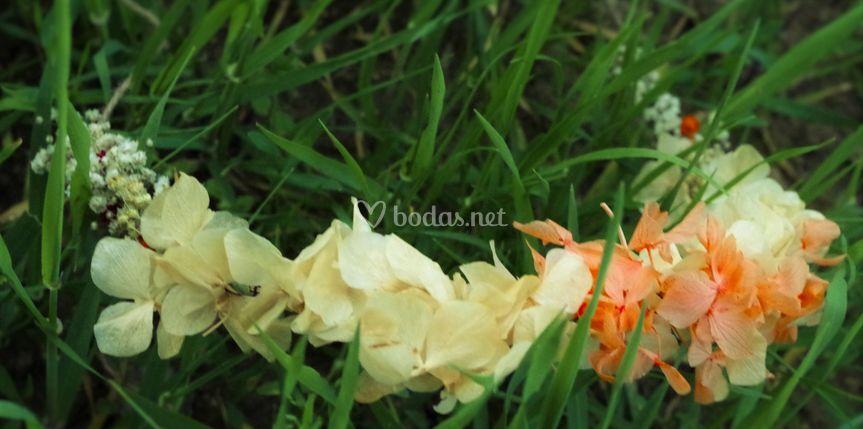 Tocado de flores variadas