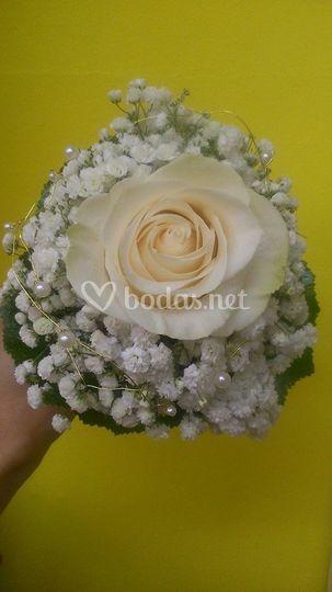 Ramo con una gran rosa blanca