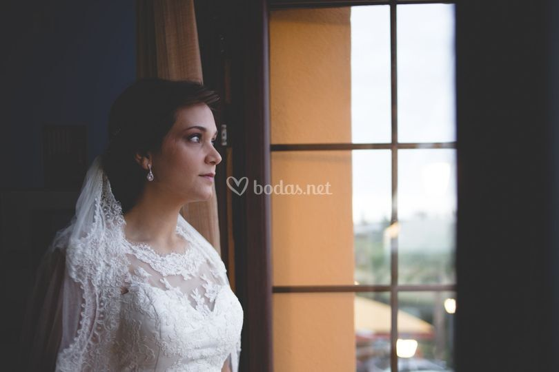 La novia mira a la ventana