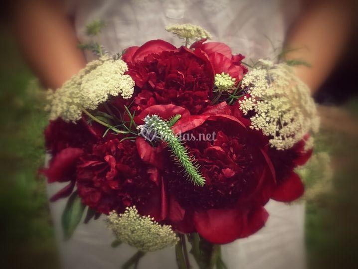 Ramo de novia de peonías rojas