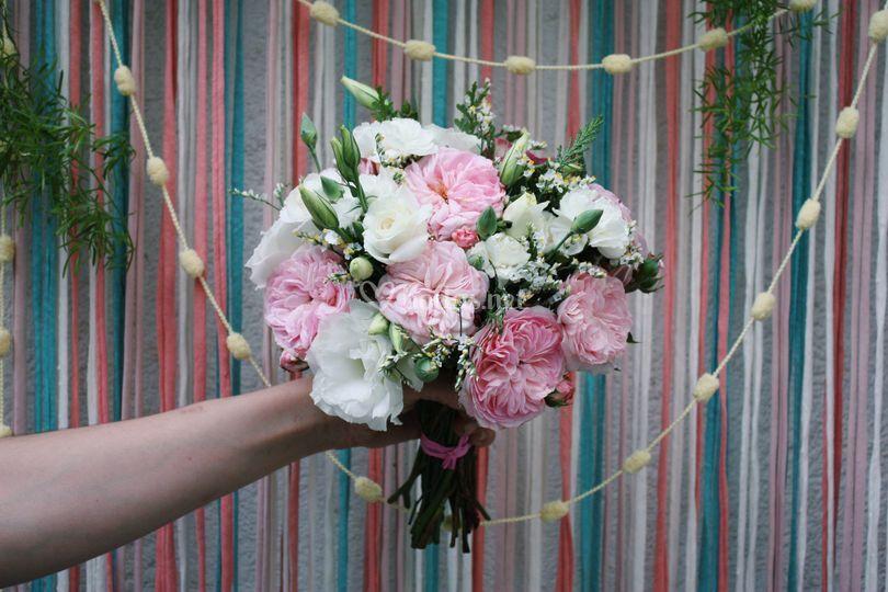 Ramo con rosas de jardín