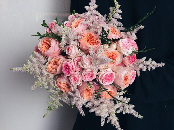 Rosas de jardín y astilbe