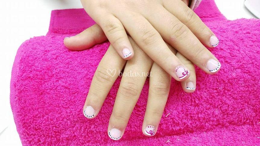 Manicura con detalles en rosa