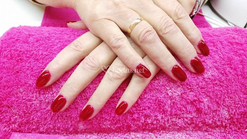 Manicura en tonos rojos