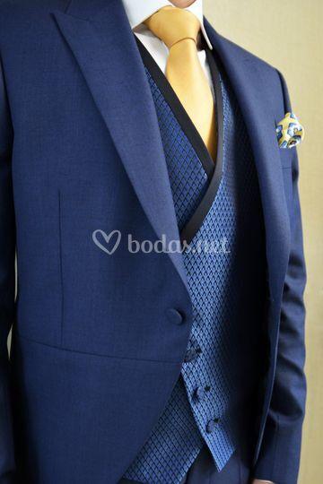 Detalle de traje de novio azul