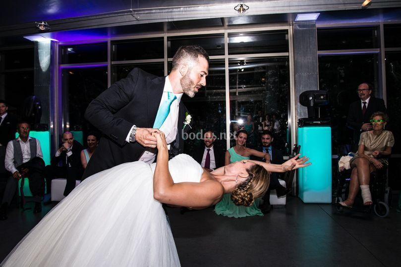 Los novios bailando