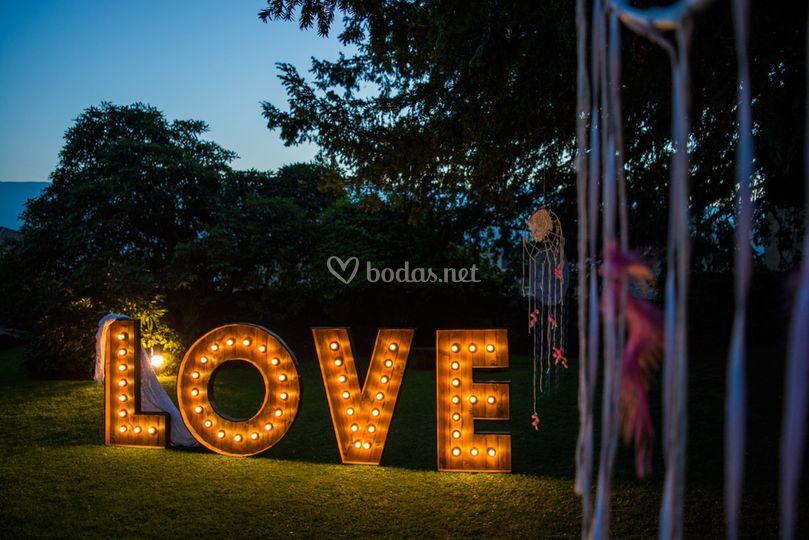 LOVE gigante con bombillas