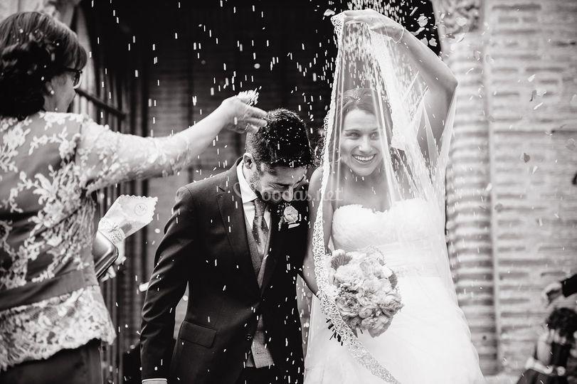 Novios boda salida de iglesia
