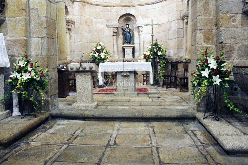 Arreglo floral en iglesia