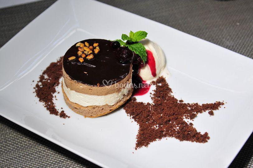 Mousse de tres chocolates, migas de brownie y vainilla
