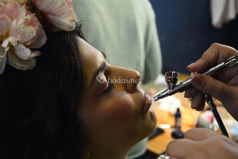 Maquillando con aerógrafo