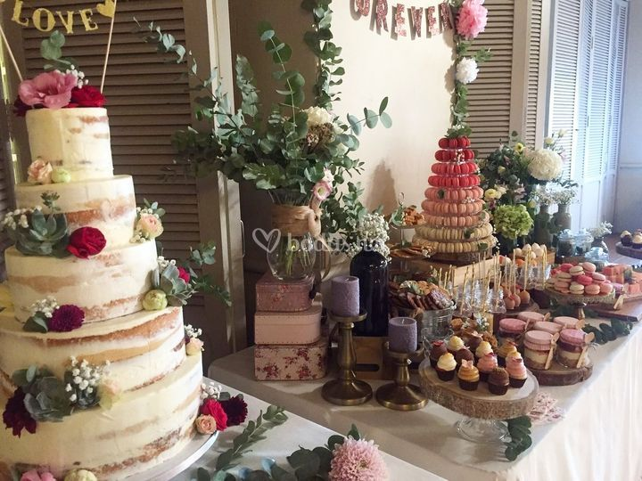 Mesa dulce con tarta de boda