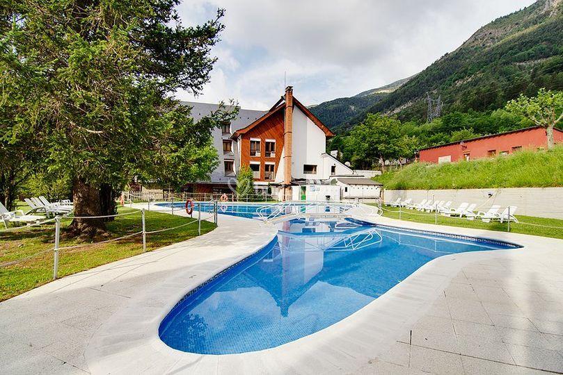 Vista fachada desde piscina