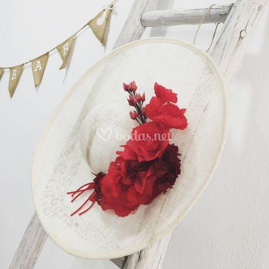 Tocado crudo flores rojas