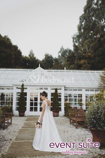 Vestido y ramo de novia