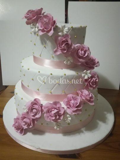 Tarta con flores rosas