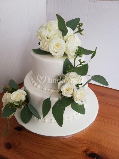 Tarta con flores blancas