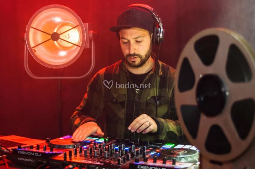 DJ en cabina