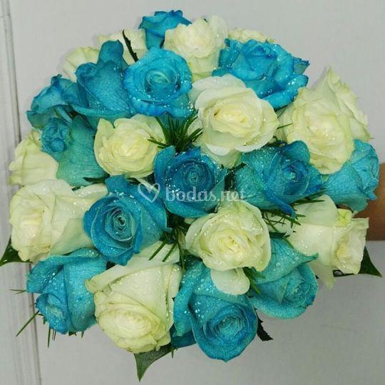 Bouquet de rosas blancas y azules