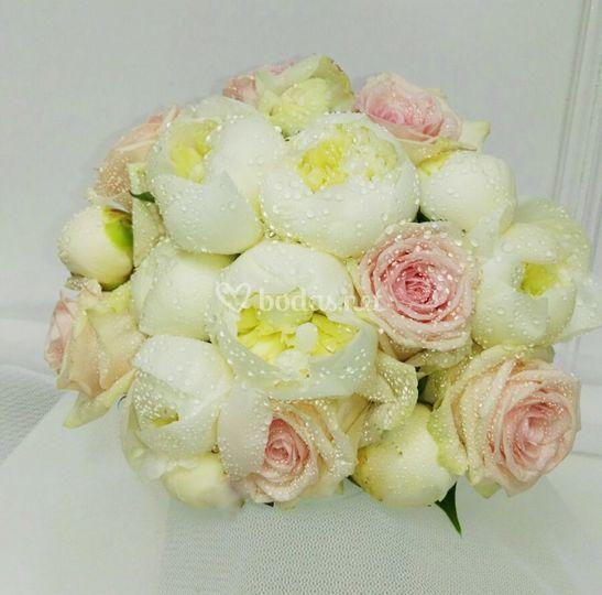 Bouquet de peonias y rosas