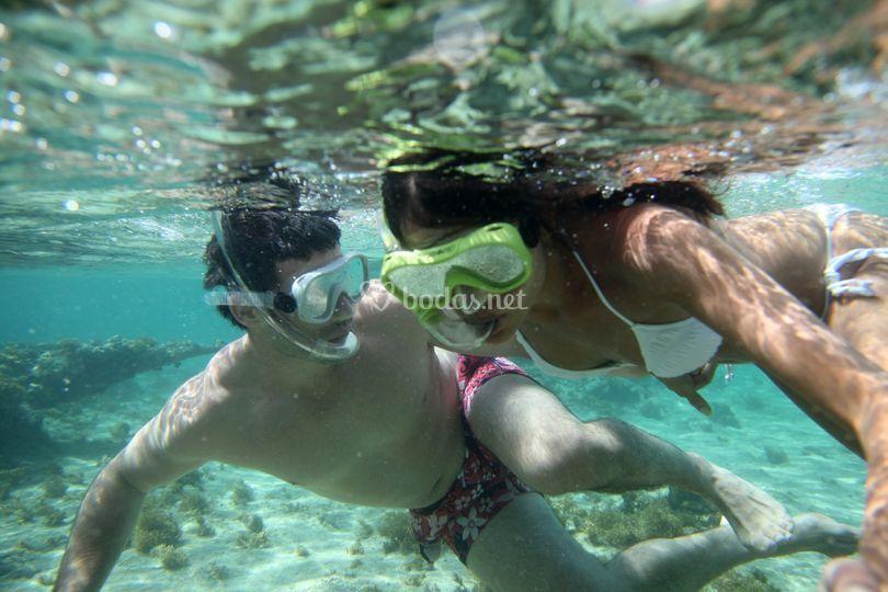 Pareja buceando en aguas del Caribe