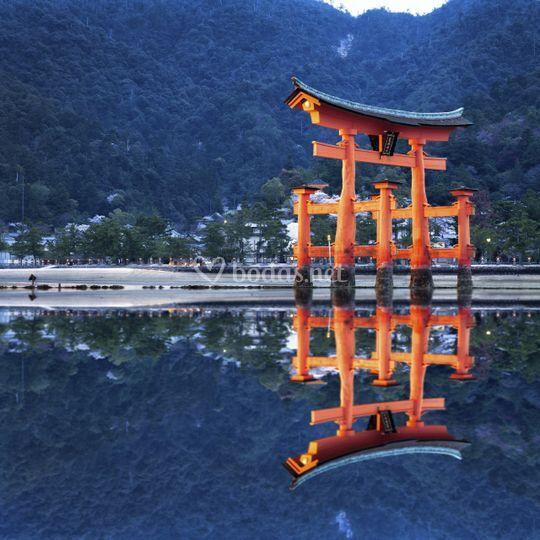 Tori, puerta de Reféxión en Hiroshima, Japón