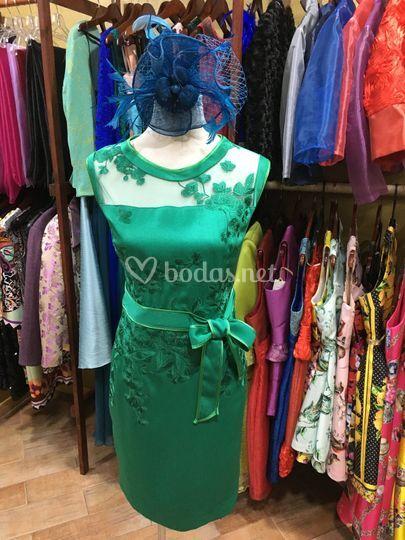 Vestido fiesta verde con tocado