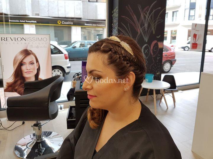Detalle peinado y maquillaje