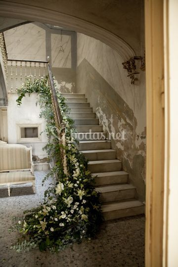 Decoración floral en escalera
